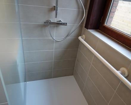 Ergonomische handgreep over de ganse lengte van de douche.