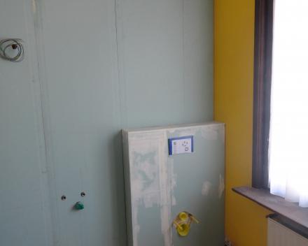 Inbouwsysteem hangtoilet geplaatst en uitgekast met osb en groene watervaste gyproc.