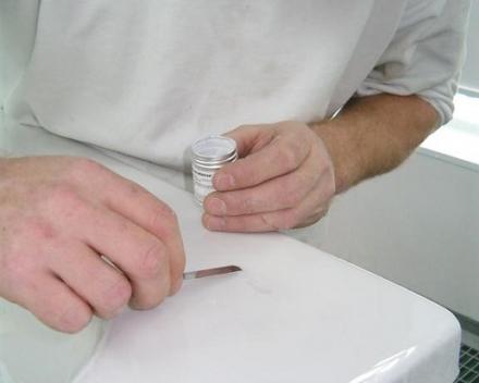 Repareren van kleine beschadigingen aan bad of douche.