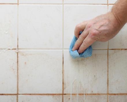 Hardnekkig vuil verwijderen met water en bleekwater.
