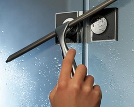 Na elke douchebeurt, wand droogmaken met een rubberen trekker.